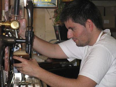 Camarero poniendo cerveza